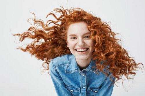 kobieta o rudych kręconych włosach